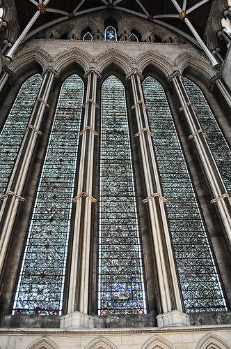 York MinsterЙоркский собор (англ. York Minster) — готический собор в английском городе Йорке, который оспаривает у Кёльнского собора звание самого большого средневекового храма на севере Европы. Здесь находится кафедра архиепископа Йоркского — высшего прелата Англиканской церкви после архиепископа Кентерберийского.