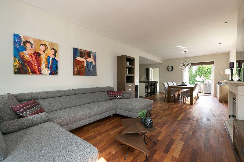 Woonkamer. In gehele huis zijn de muren gestuct en plafonds voorzien ...