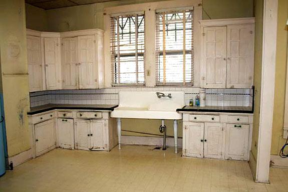 A real-life kitchen! | 1920s kitchen, Farmhouse style ...