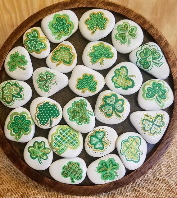 Kleine dekorative Kleeblatt Felsen   Handbemalte Kühlschrankmagnete   Perfekt St. Patricks Day Geschenk   Einzigartige Kleeblatt gemalt Stein  