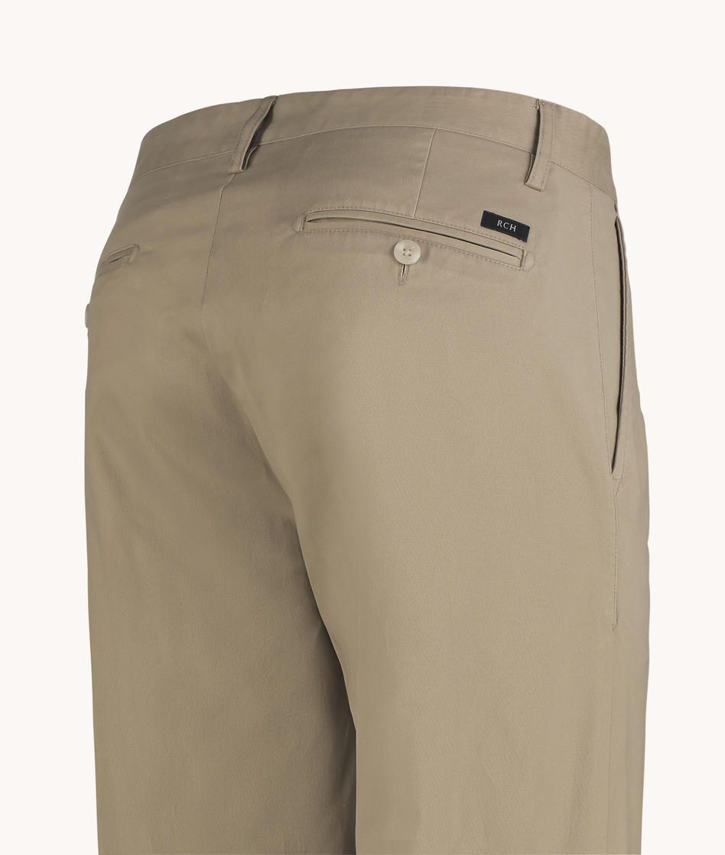 49c5699b9 Calça chino masculina lisa em sarja de algodão com elastano e acabamento  interno especial. Possui