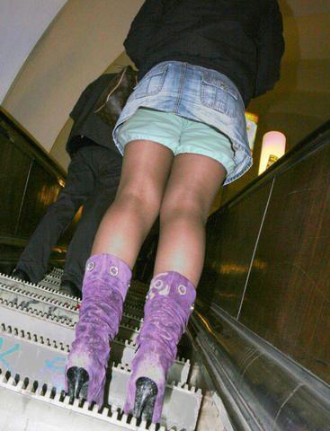 Подсмотрели в метро под юбку