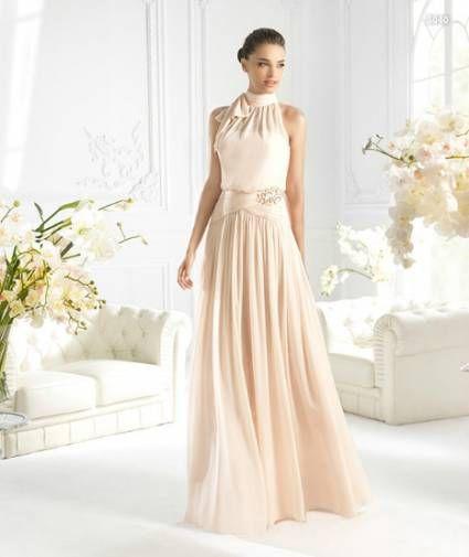 vestido largo en color nude para damas de boda - foto la sposa