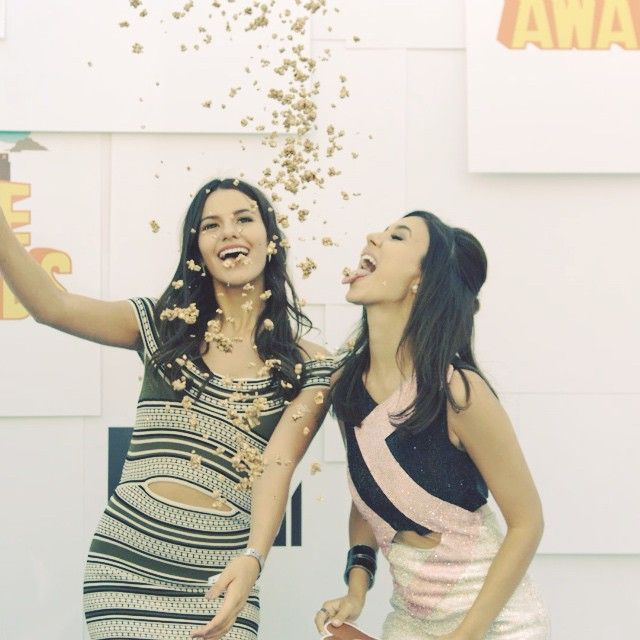 Instagram Video Clip +++ Click on Twice +++ Popcorn .....victoriajustice  7 hours ago  Check out this slow mo vid of my sister @themadgrace & I. Will I catch one?! #Latergram #MTV #movieawards  The popcorn was spray painted gold, so it wasn't actually edible lol ..................... +++ALF+++ALF+++ALF+++