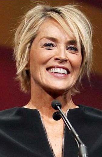 Sharon Stone avec une coiffure courte dégradé blonde pour