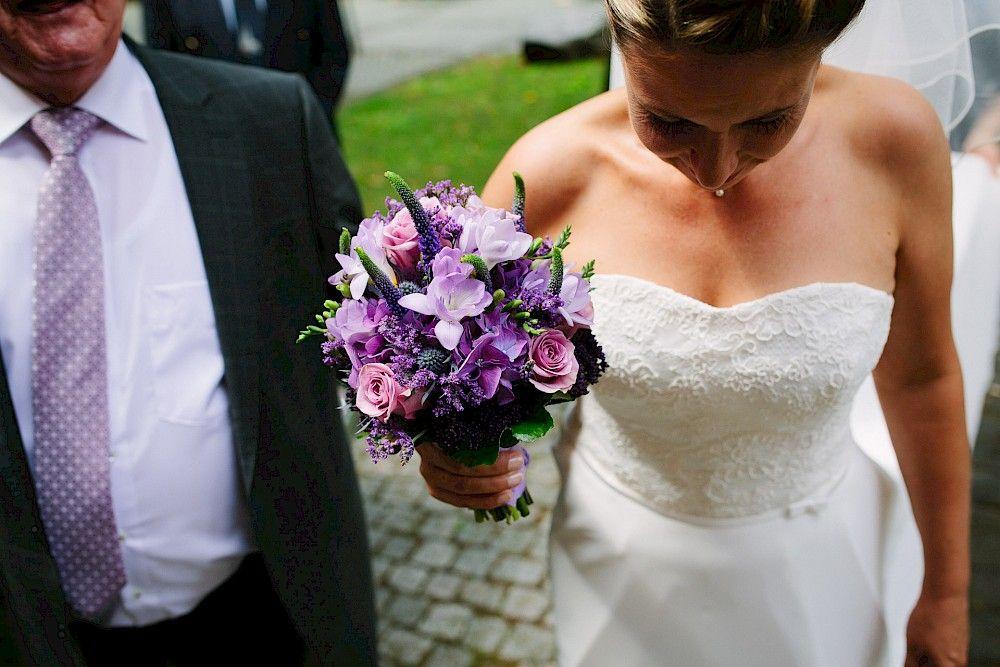 Ein Strauss In Lila Gehalten Brautstrauss Hochzeit Braut Hochzeit Hochzeitsfotograf Kleid Hochzeit