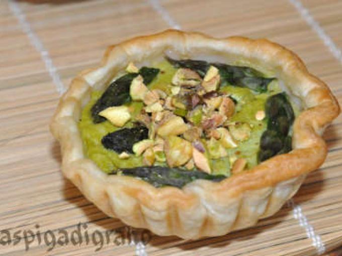 Una ricetta saporitissima - Ricetta Antipasto : Quiche con crema di asparagi e pistacchi di bronte da Spighetta
