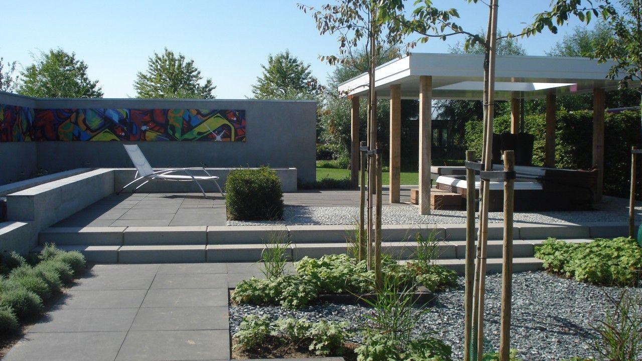 Een moderne tuin met loungegelegenheid en een jacuzzi for Tuin inspiratie modern