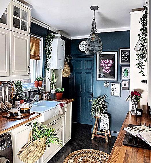 Auch kleine Küchen können praktisch und modern aufgebaut werden. Nutze beispielsweise auf jeden Fall die Raumhöhe aus! Mehr Tipps auf kreativliste.de #küche #kleineküche #einrichten #wohnen #kücheninspiration #küchengestaltung