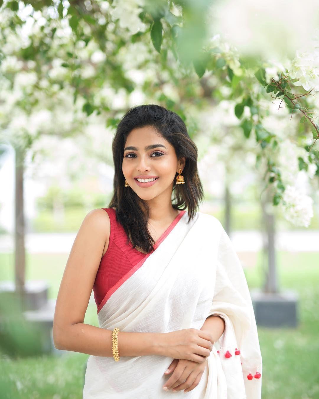 b024ae4dec Aishwarya Lekshmi traditional sleeveless Saree and Medium length hairstyle