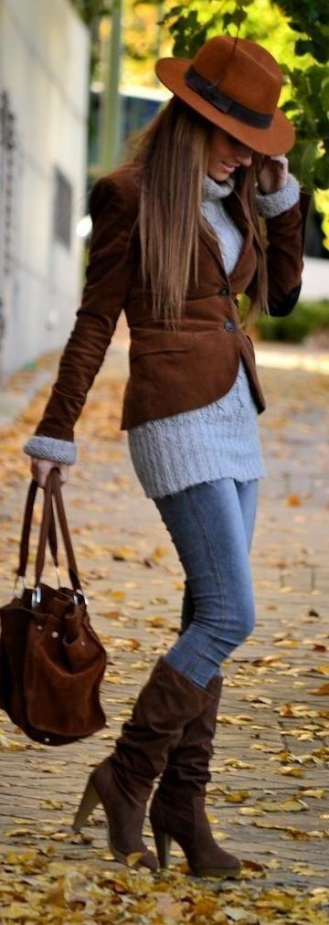 Giacca di velluto a coste marrone, dolcevita di lana grigio, jeans aderenti blu, stivali al ginocchio in pelle scamosciata marrone scuro per donna