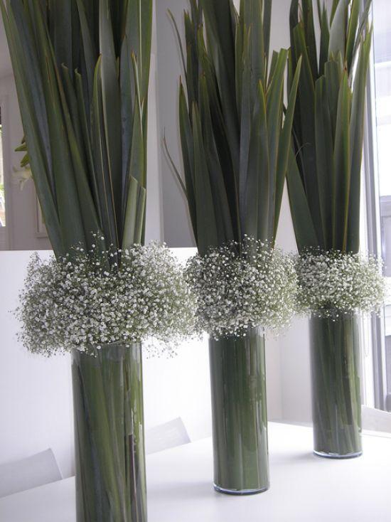 Baby S Breath And Flax Leaves In Glass Vases Bold And Unique Centrepiece For Your Wedding Dinner Set Up Vasen Arrangements Dekor Hochzeit Hochzeitsblumen