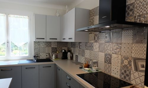 cuisine-equipee-credence-carreaux-ciment-antibes | Cuisines avec ...