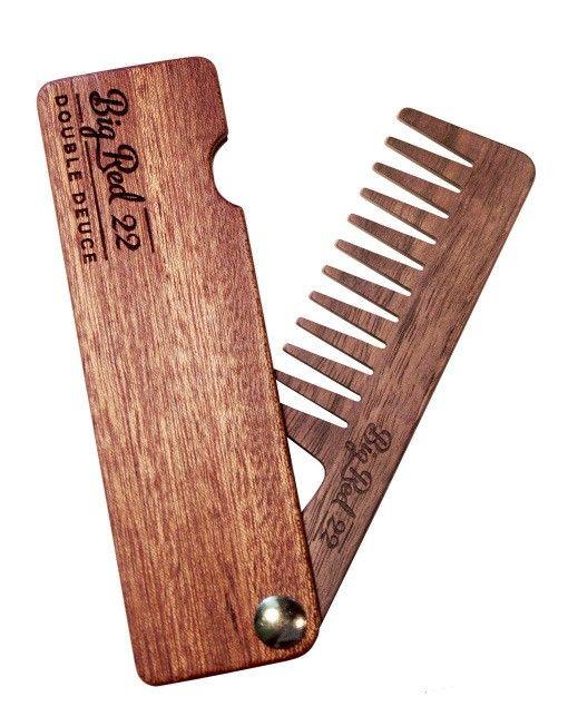 Big Red Beard Comb No.22 Wide är en handtillverkad ihopfällbar kam för skägg och hår, med grova tänder. Anpassad för medium och lång längd på skägget. Ny och smidigare design. Tillverkad i en laminatteknologi som ger en så hållbar kam som möjligt. Kammen är tillverkad av fem lager, varav de två innerlagren av Eastern Maple ger styrka till konstruktionen. Ett yttre lager med valnöt. Träfodralet &au...