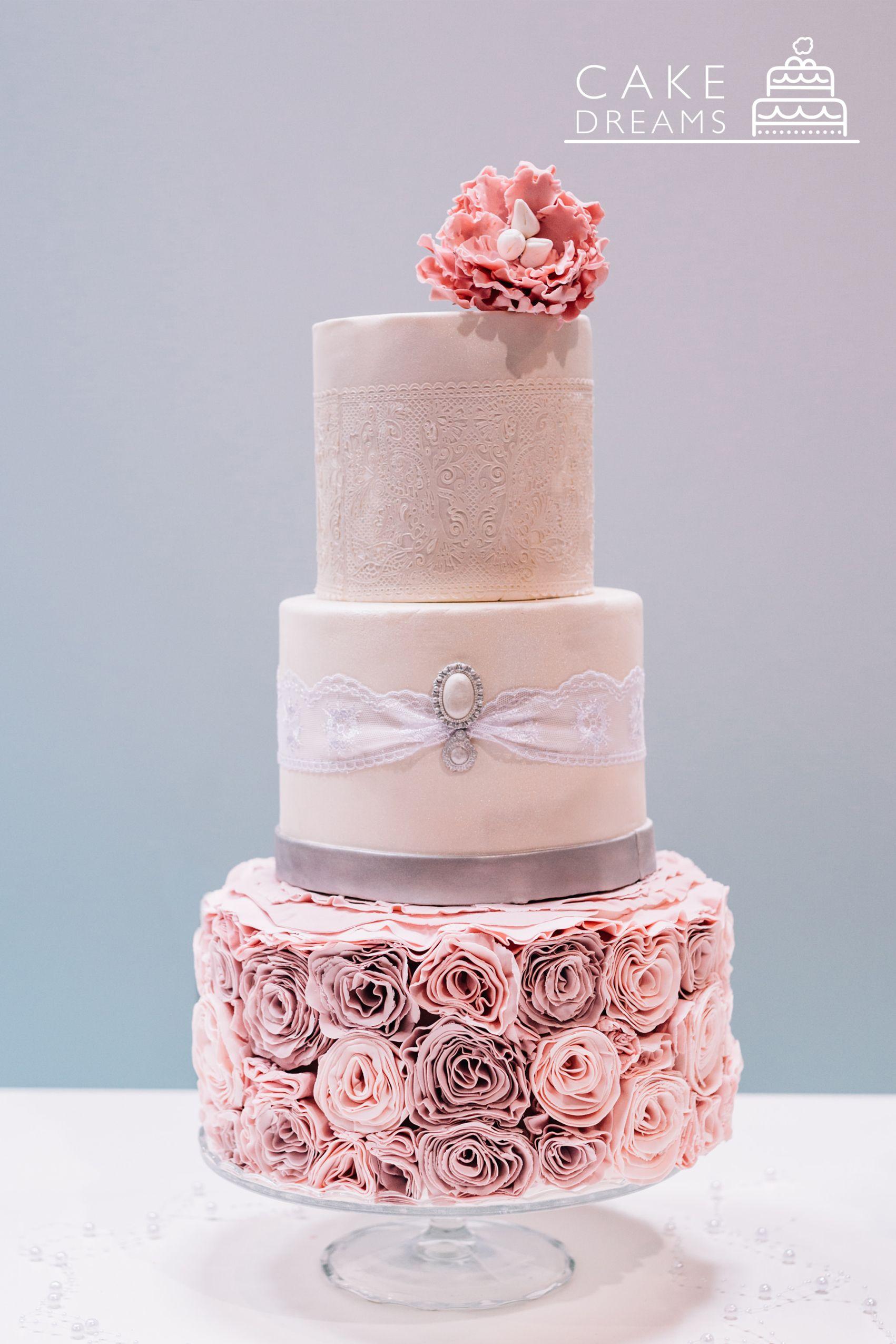Eine Pastell Hochzeitstorte Mit Deko Blumen In Rosa Und Flieder