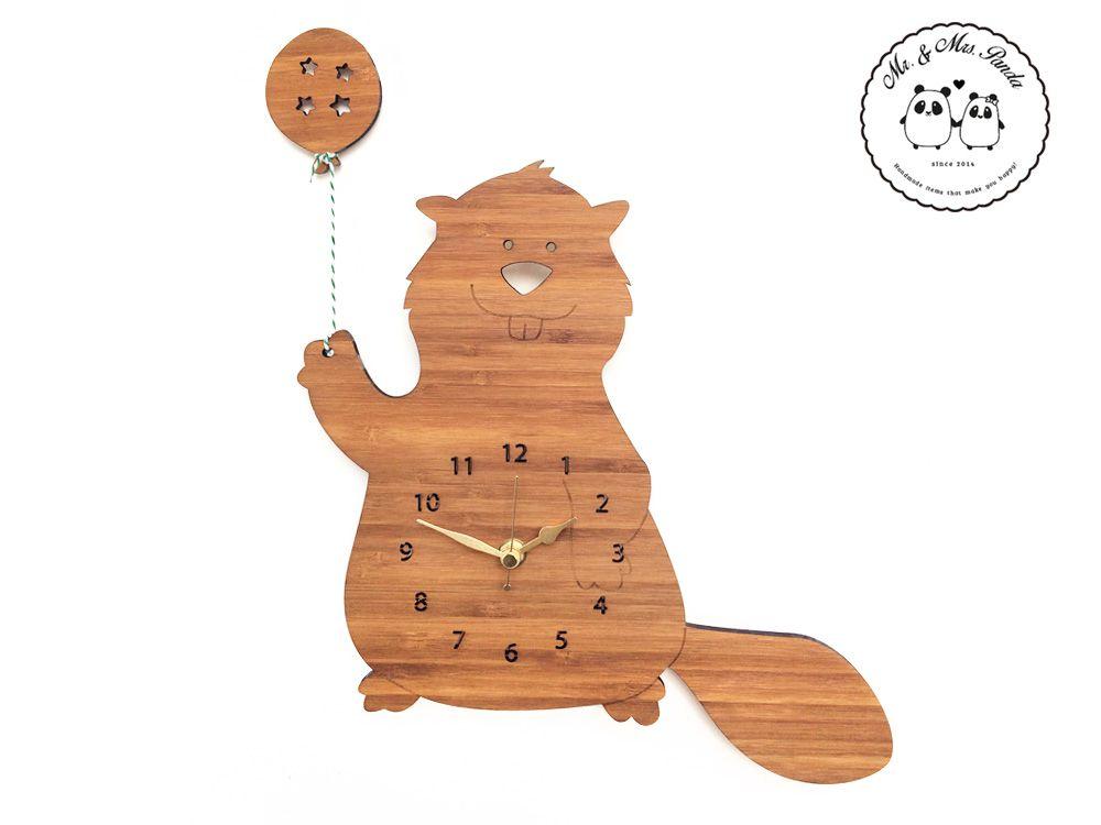 Wanduhr Biber mit Ballon aus Bambus  Coffee - Das Original von Mr. & Mrs. Panda.  Unsere zauberhaften Wanduhren sind für kleine und große Kinder gleichermassen geeignet und verzaubern jeden Raum. Natürlich sind unsere Wanduhren mit absolut lautlosen Uhrwerken ausgestattet.    Über unser Motiv Biber mit Ballon  Biber sind Nagetiere, die es lieben, Staudämme zu bauen und zu tauchen. Sie sind nach den Wassermeerschweinchen die größten lebenden Säugetiere der Welt. Der Biber kann mit seinen…
