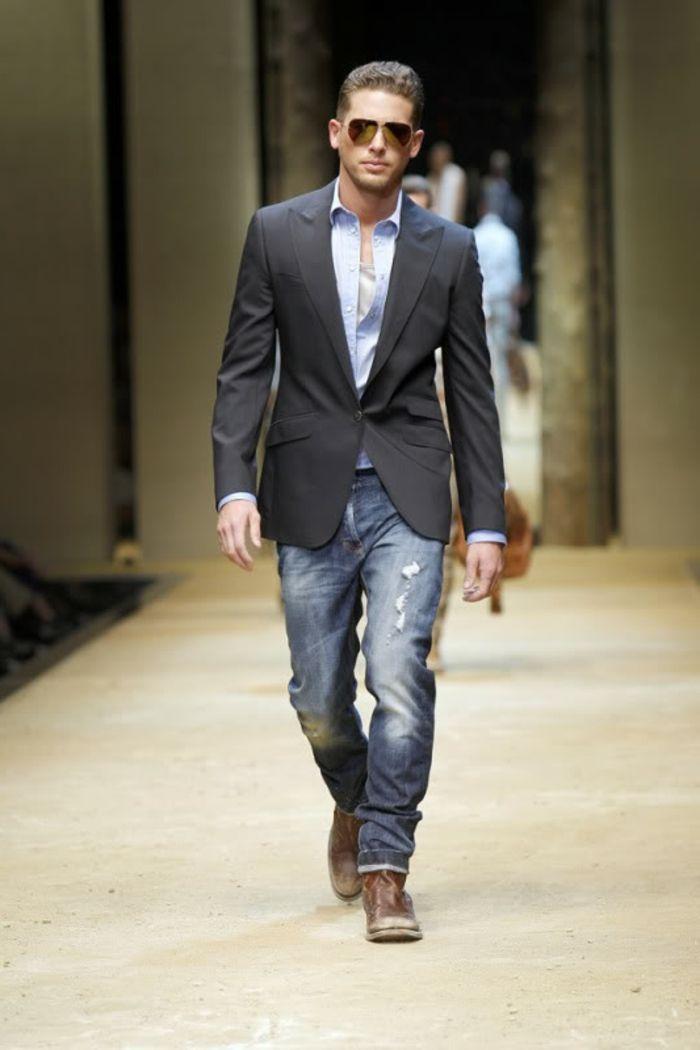 58ced4bf21de2 vestiti-uomo-stile-informale-jeans-scarpe-camicia-blu-giacca-nera-occhiali-da-sole-podio-passarella