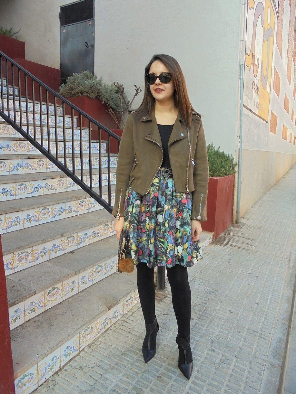 FALDA MARIPOSAS - Temporada: Otoño-Invierno - Tags: falda estampada,  - Descripción: Look con falda estampada combinada con una cazadora de ante.  #FashionOlé