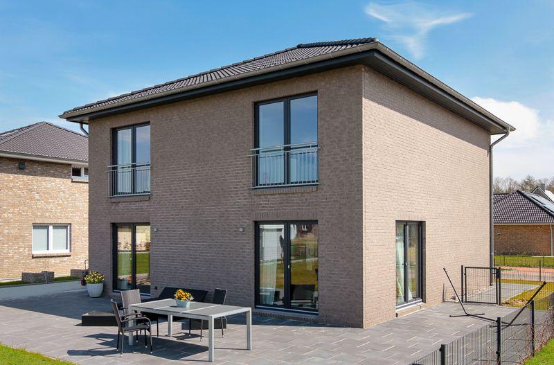 Garten mit terrasse einer modernen stadtvilla mit loft charakter von eco system haus - Architektur flensburg ...