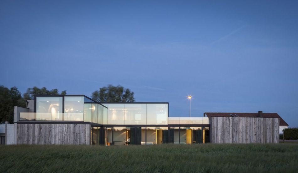 Maison bois contemporaine avec sa grande façade vitrée en Belgique ...