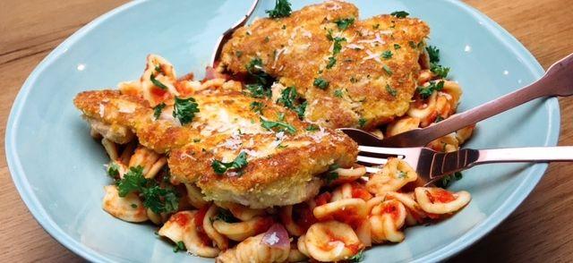 Maak indruk op je gasten met dit makkelijke maar heerlijke gerecht van pasta met tomatensaus en knapperige kip. De kip krijgt een lekkere volle umami smaak...
