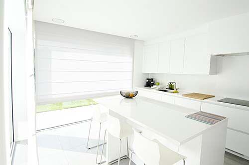 Witte vouwgordijnen in een wit interieur toon op toon is helemaal