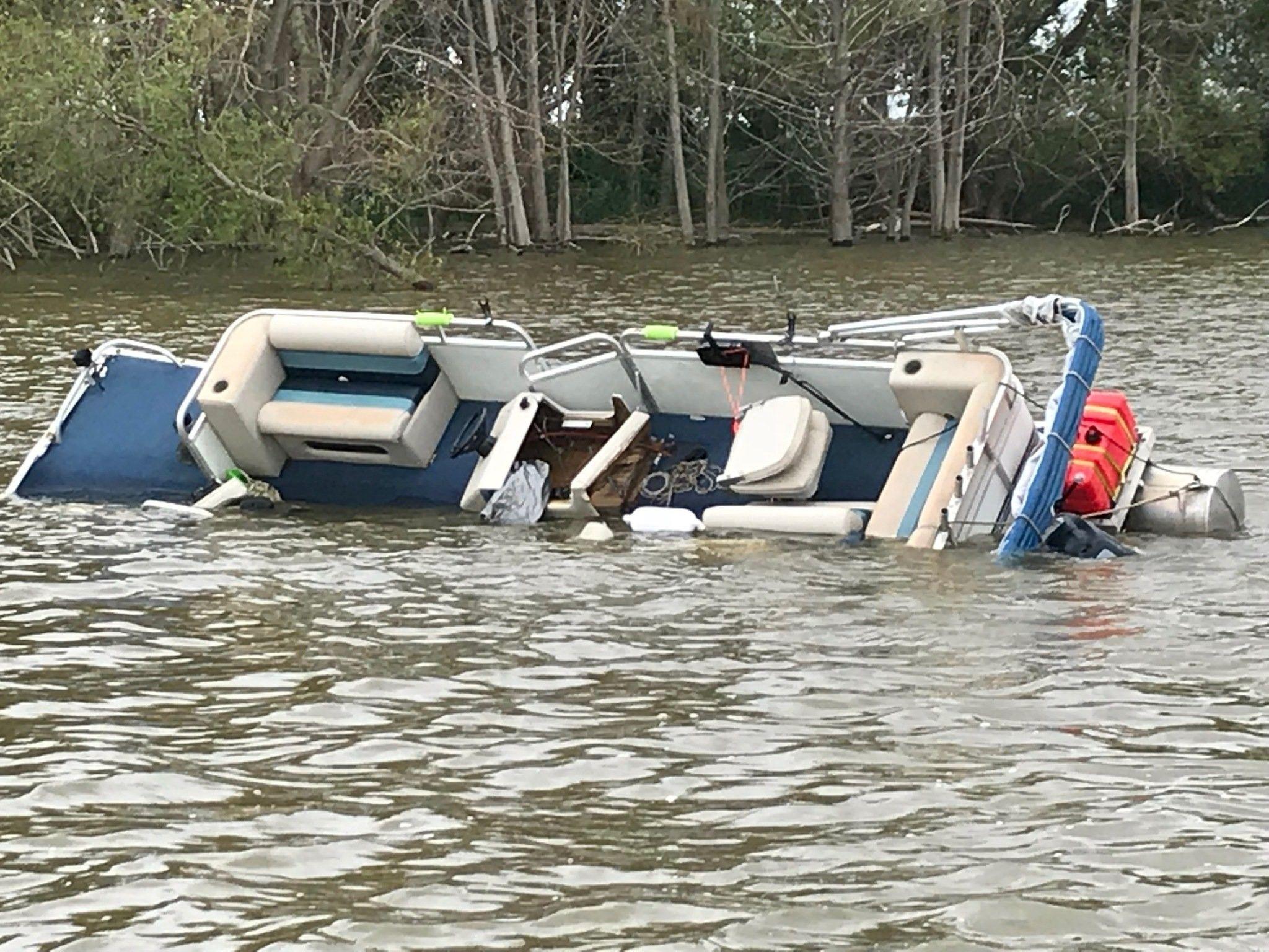 Why Do Pontoon Boats Sink? in 2020 Pontoon boat decor