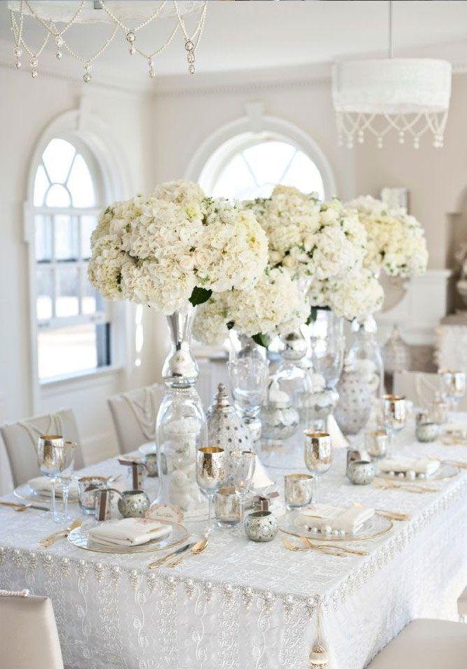 déco mariage élégante avec des fleurs blanches et accents de couleur argent