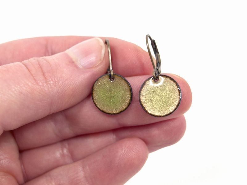 Ohrringe Kupfer Emaille grün oliv von Emaillekönigin ...