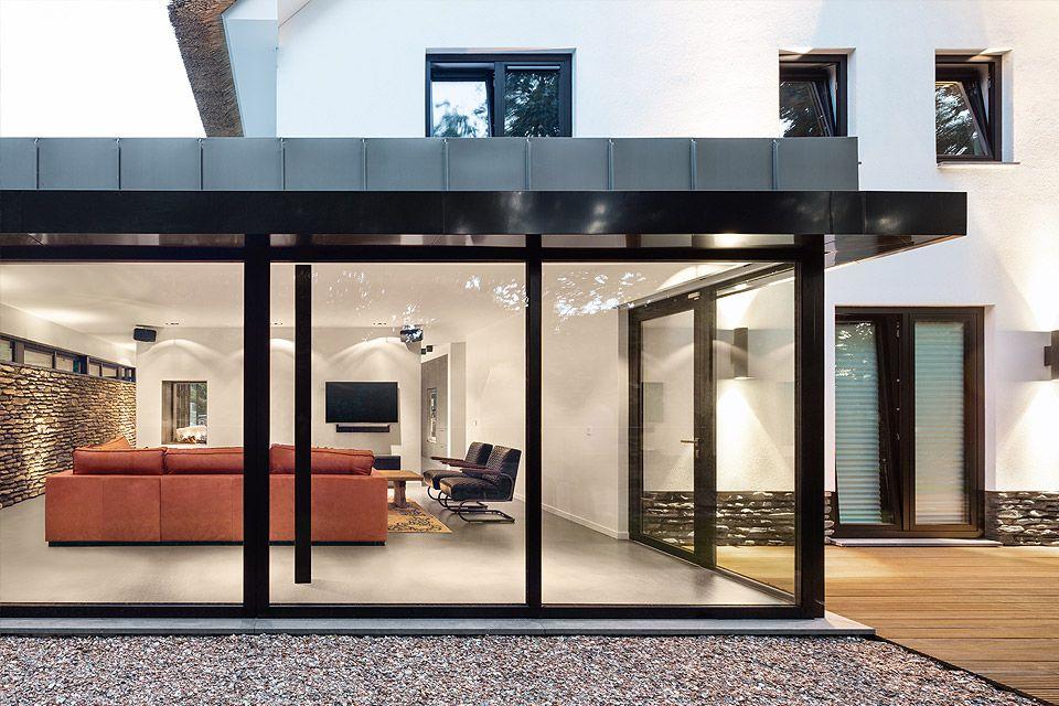 Zeer strakke en moderne uitbouw bij klassieke villa met rieten kap ...