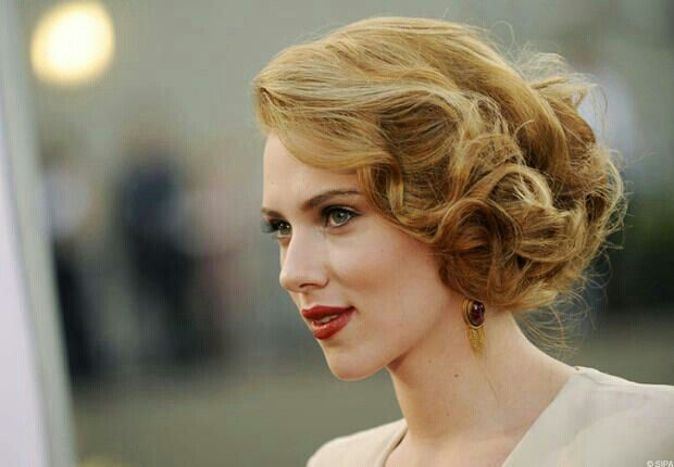 Faux Carre De Boucles Curly Fake Bob Scarlett Johansson Hairstyle Short Hair Updo Retro Updo Hairstyles