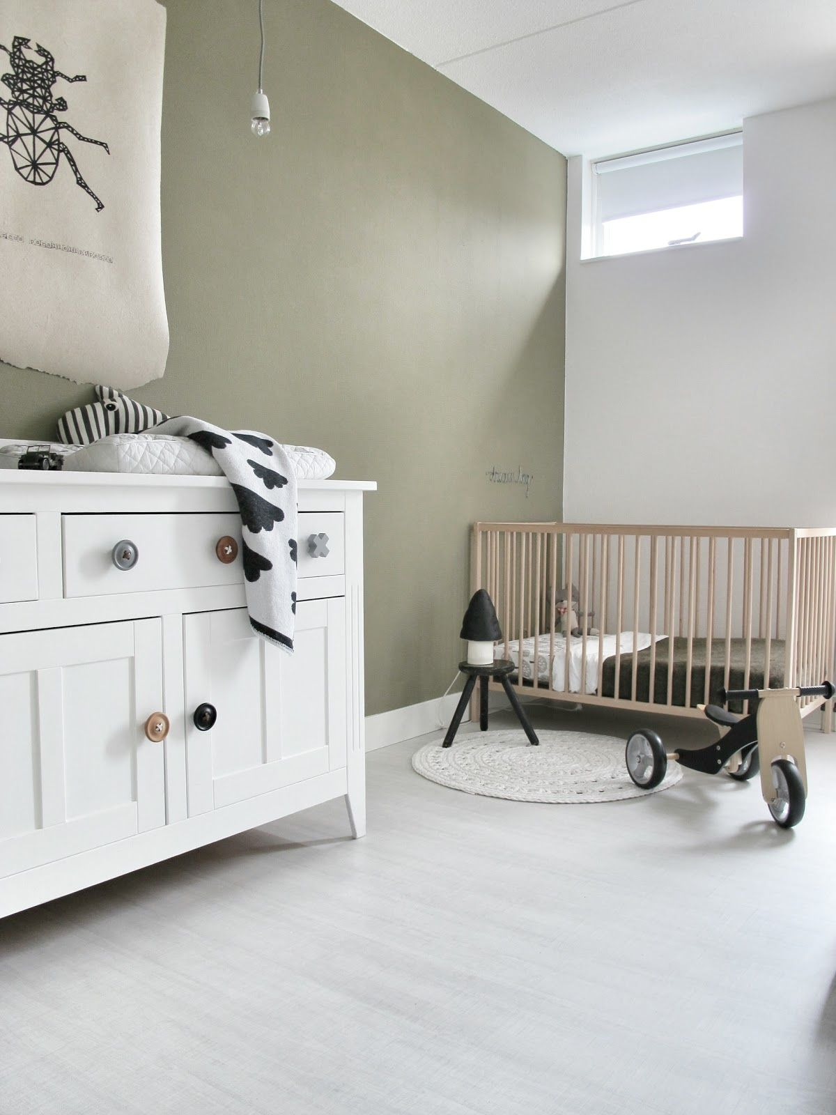 Babykamer met stoere kleur op de muur matte muurverf van for Kleur muur