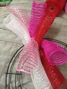 Step-by-step instructions to make a curly Deco-Mesh wreath. Red, white, and pink works for Valentine's Day, but mix it up for other holidays and seasons - Hastag Stalk #decomeshwreaths