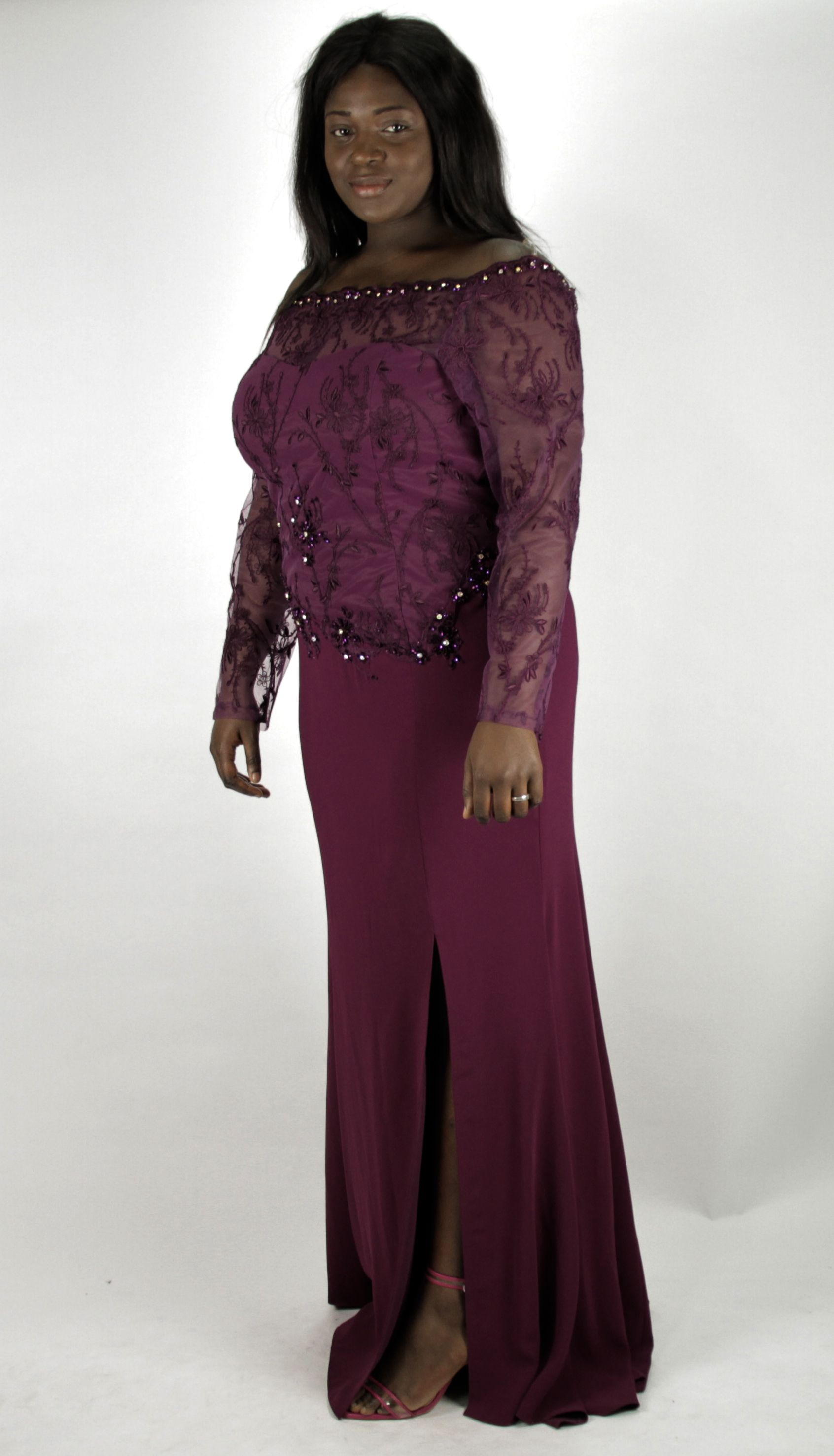 f88a6ac1536 Appréciez la délicatesse de la dentelle orné de perles présente sur cette  splendide robe orientale magenta