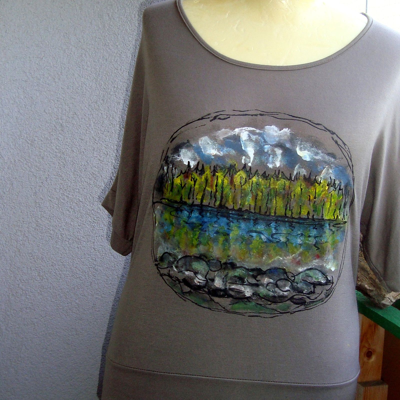 1bd73f8fa0e1 Malované+tričko-Kolem+řeky+Sázavy+Kvalitní+ šedohnědé+tričko+s ...