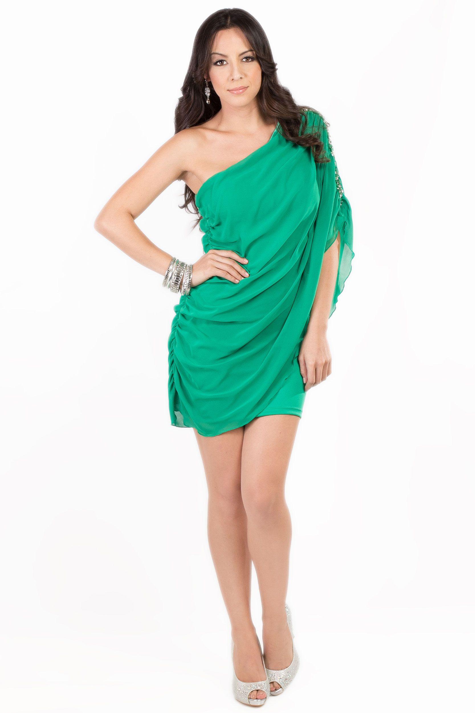 c6fdac08 El look perfecto KAMI para una noche de gala. Vestido Verde: Q.325 Pulseras  Plateadas: Q.115 Aretes: Q.85 Zapatos de Tacón Plateados: Q.495