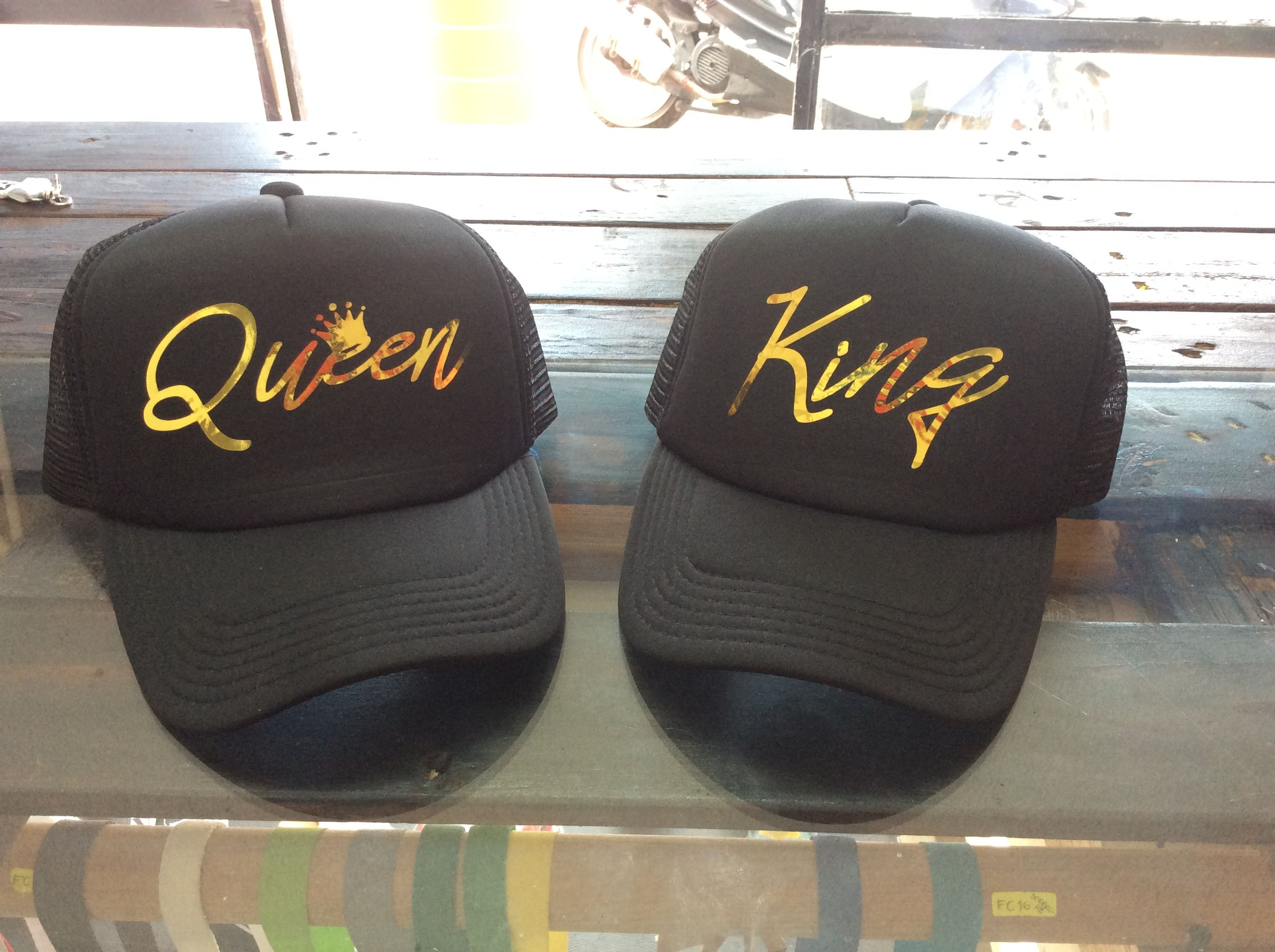 Gorra con Queen and King con vinil dorado. by Fokus SC  f1abeb3a8c0