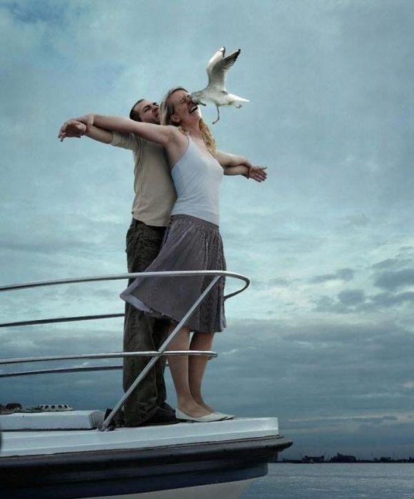 タイタニックのシーン再現 タイタニックのシーンを再現しようと 船首に立ってみた 風も心地よく 彼女もその気です 私も 気分が高揚し最高潮 爆笑画像 面白い写真 面白い画像