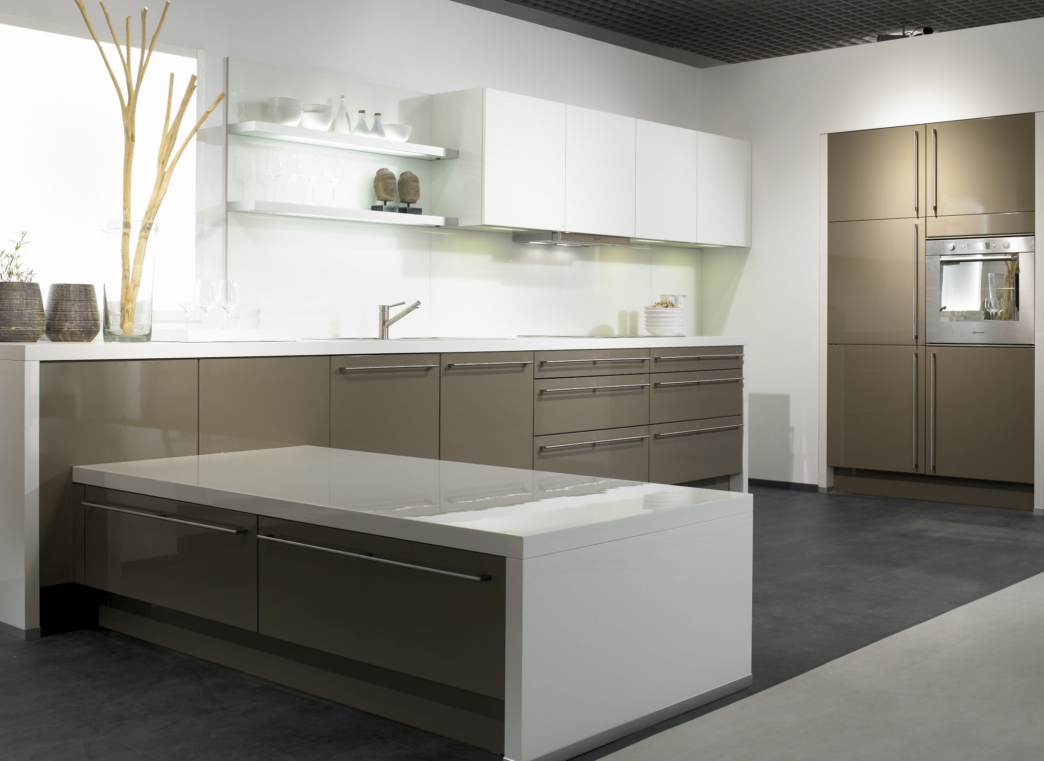 Cocina en blanco y girs beige the singular kitchen for Singular kitchen
