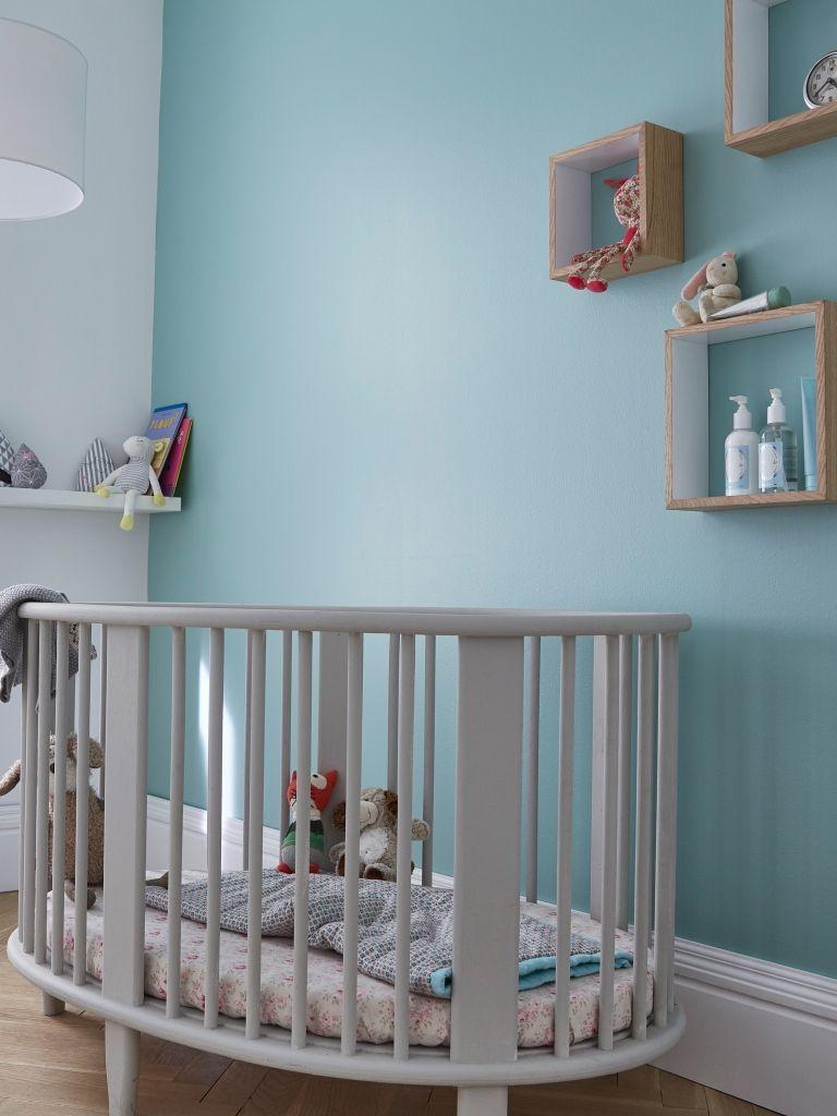une douce couleur bleue topaze sur les murs pour une chambre d 39 enfant apaisante et lumineuse. Black Bedroom Furniture Sets. Home Design Ideas