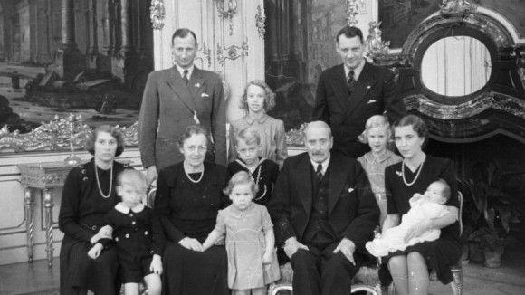 Julen 1946 på Fredensborg Slot I 1946 holder kong Christian X og dronning Alexandrine julefest på Fredensborg Slot sammen med familien. På billedet ses sønnerne prins Knud og kronprins Frederik, kronprinsesse Ingrid og prinsesse Caroline-Mathilde, børnebørnene prinsesse Margrethe (bag Ingrid), prinsesse Benedikte (nederst midtfor) og prinsesse Anne-Marie (til højre) samt prins Knuds børn, prinsesse Elisabeth (i midten), prins Ingolf og prins Christian.