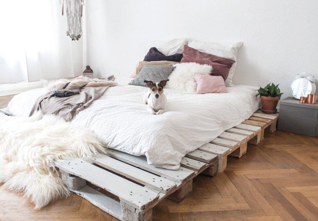 dein eigenes palettenbett in wenigen schritten selbstgebaut paletten bett pinterest bett. Black Bedroom Furniture Sets. Home Design Ideas