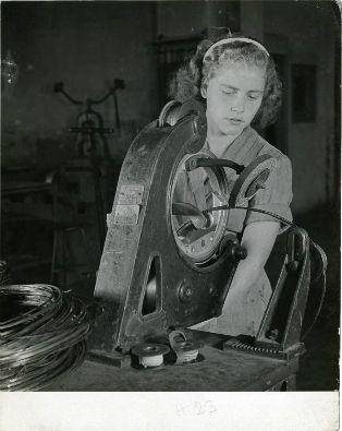 """La prima in """"Rosa"""". Racconti di donne tra i documenti dell'Archivo Storico Pirelli.    Operaia milanese 1948"""