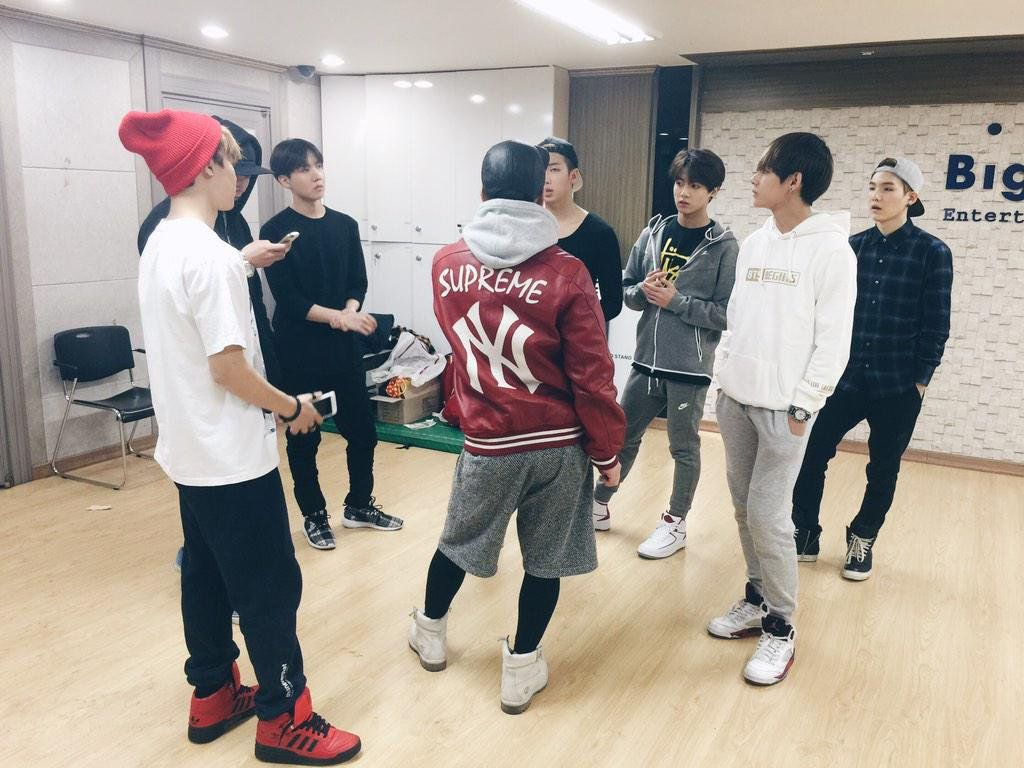 "BTS_official on Twitter: ""[#BTSnow] D-(1일+1시간)....!! 오늘도 열심히 연습 중!  #콘서트를_재밌게즐기는방법_2 #싸이퍼가사를_외워보는건어떨까요😝😝 🎧🎶 http://t.co/WkDUwZ4Oxu"""