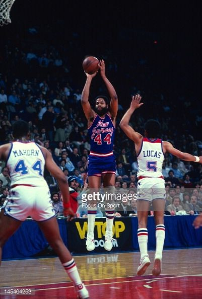 Fotografia de notícias : Len Elmore of the New Jersey Nets shoots over...