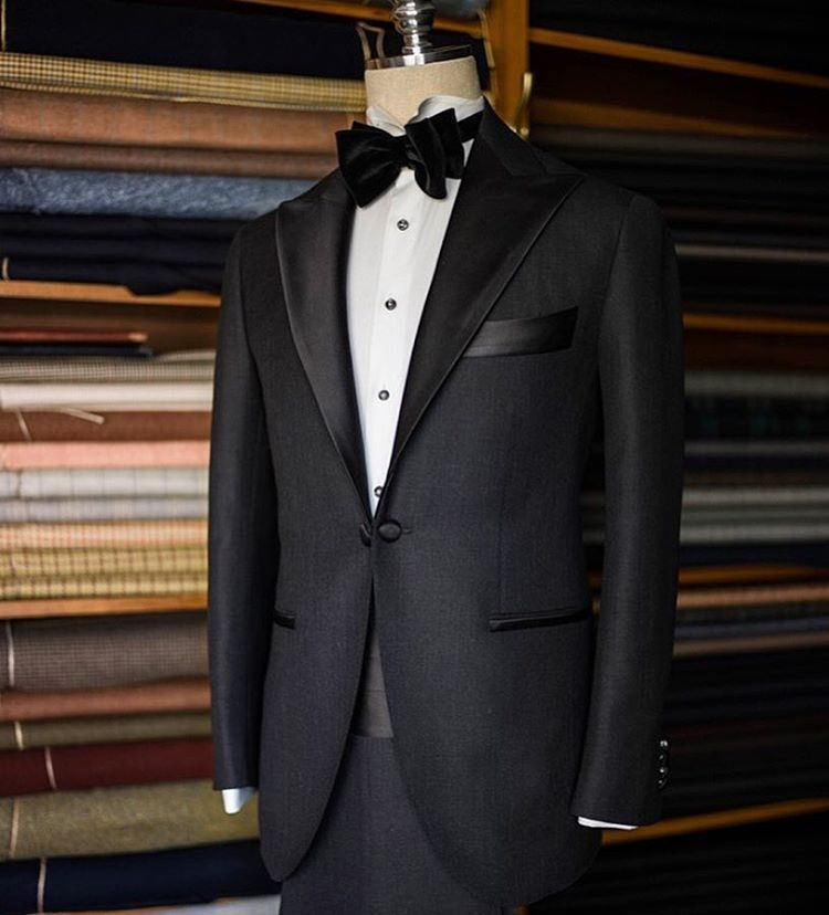 Grey tuxedo / 예식후 그레이 수트로 변경할수 있는 턱시도 입니다  ㆍ ㆍ #bntailor #wedding #bespoke…