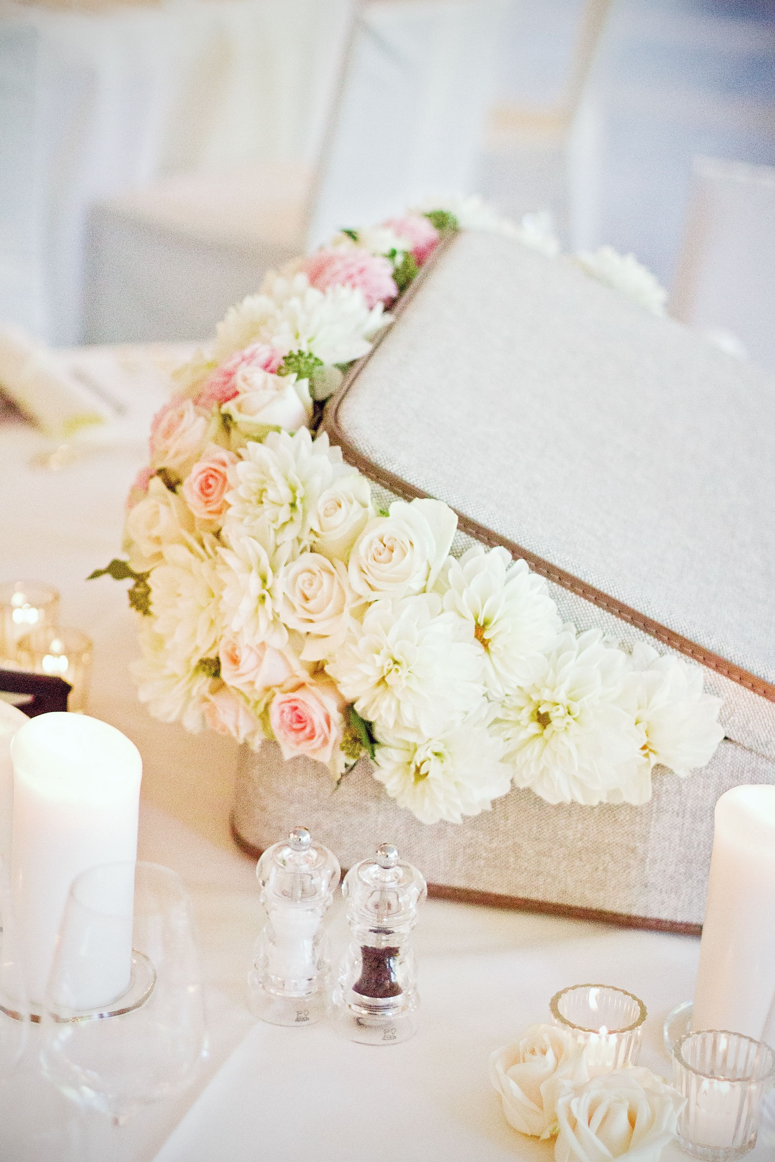 vintage themed wedding: flowers in a suitcase.  floral design: www.tabeamarialisa.ch