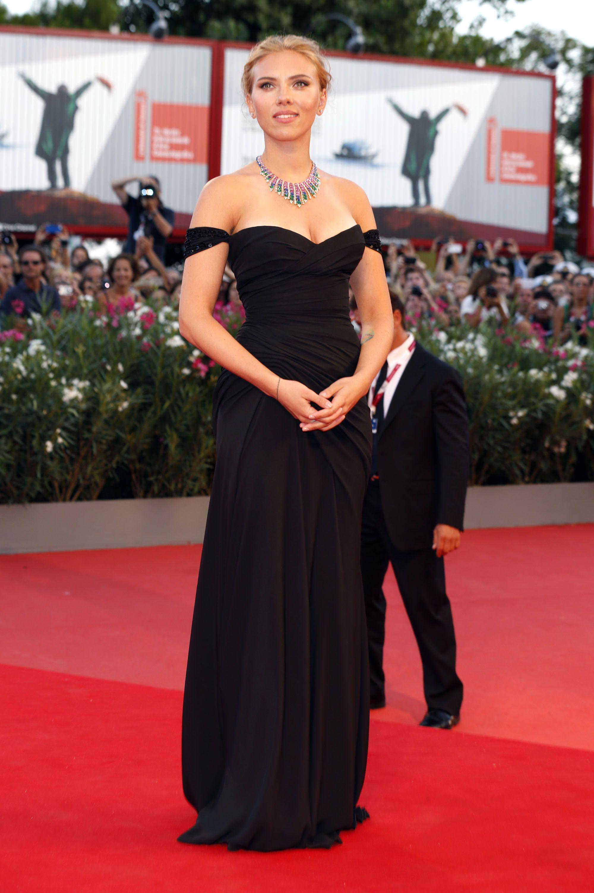 Scarlett Johansson Black Off The Shoulder Dress Scarlett Johansson Dress Dresses Nice Dresses [ 3007 x 2000 Pixel ]
