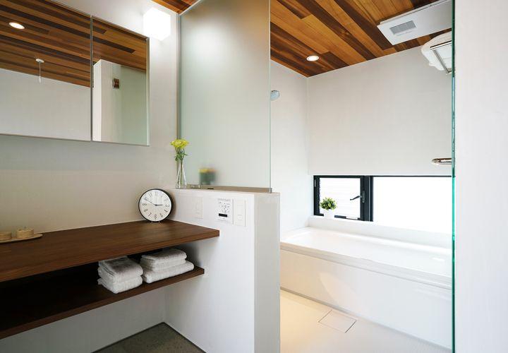 天井板張りとタペガラスで仕上げたバスルーム 家 バスルーム 住宅