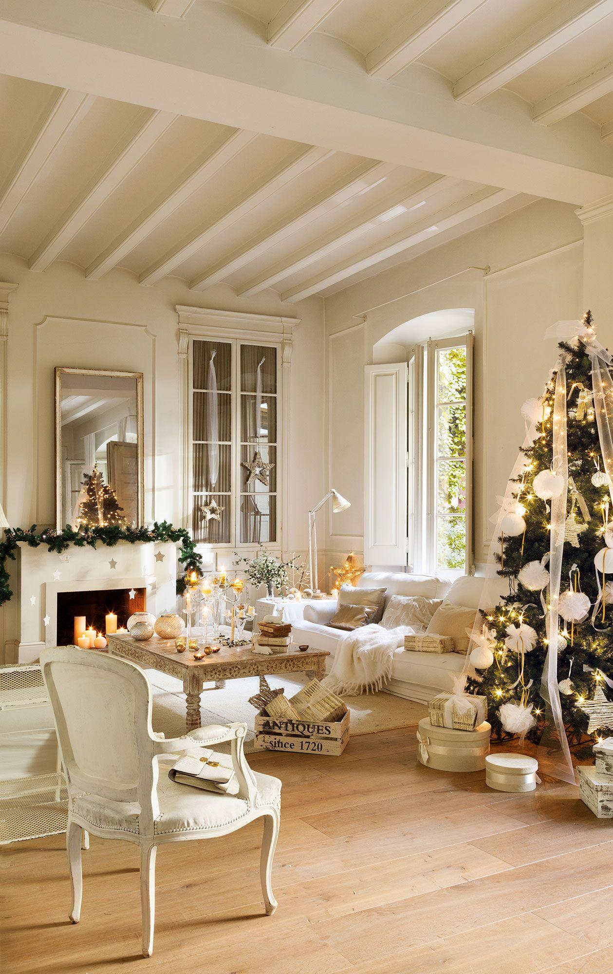 Detalle de mesa de comedor vestida en blanco y dorado para for Muebles decorados de navidad